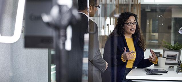 Mujer dando una conferencia en una oficina.