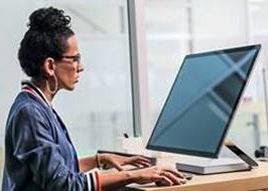 Photo d'une femme qui travaille sur un ordinateur dans un bureau