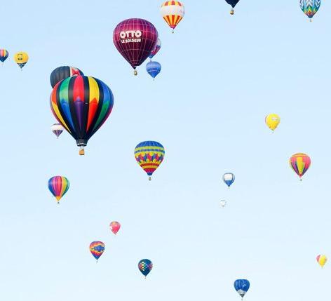 Photo montrant plusieurs montgolfières volantes.