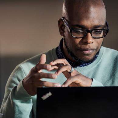 Homme en train de travailler sur ordinateur.