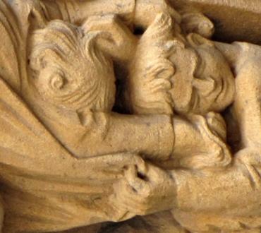 Sculpture représentant deux enfants en train de se chamailler.