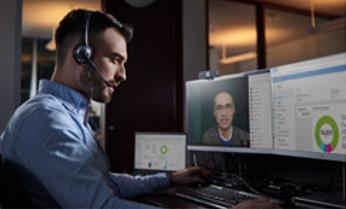 Développeur en train de communiquer à distance avec un collègue.