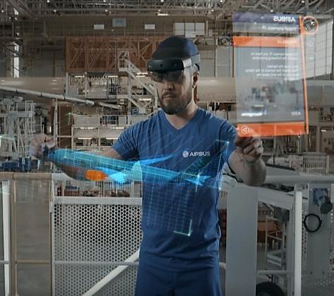 Ingénieur travaillant avec un casque HoloLens.