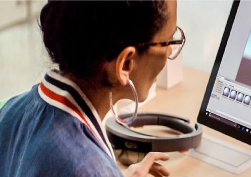Femme travaillant avec un ordinateur portable.