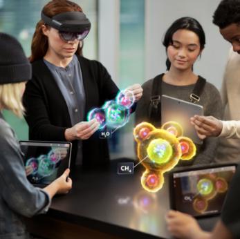 Personnes manipulant de la réalité virtuelle.