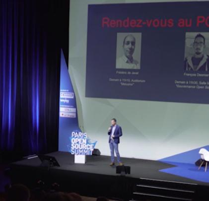 Frederic Aatz en présentation sur scène.