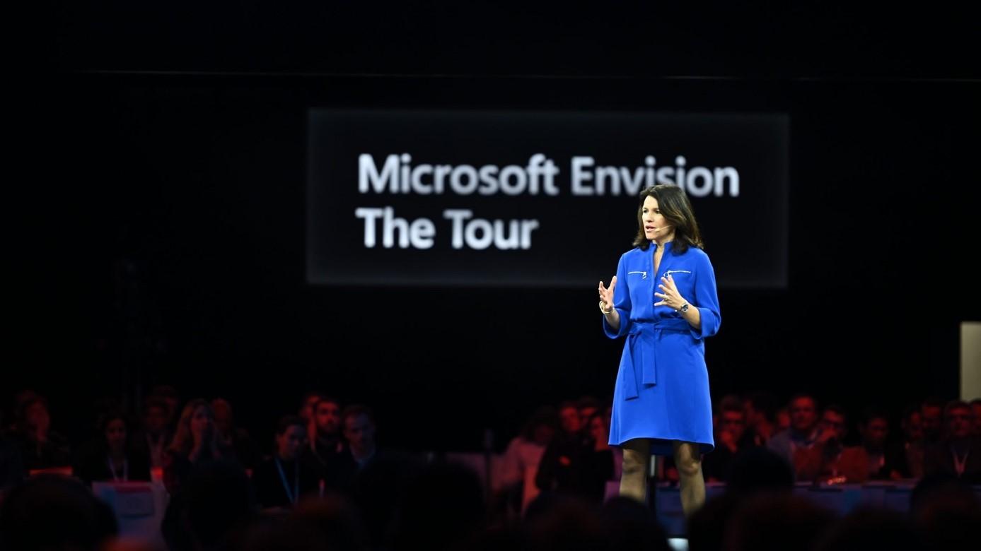 Laurence Lafont sur la scène de Microsoft Envision The Tour.