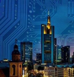 Vue de nuit d'une ville sur fond de circuit électronique.