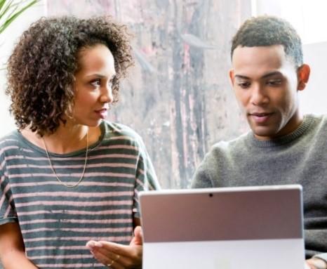 Deux personnes en train de travailler avec une tablette Surface.
