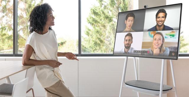 Femme en train de parler avec 4 personnes en visioconférence.