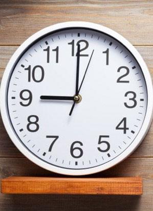 Horloge murale affichant 9h.