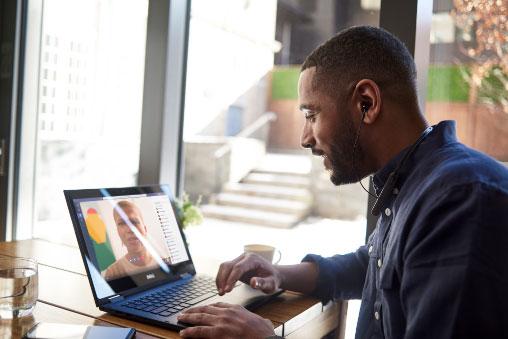 Homme en train de parler avec quelqu'un sur son ordinateur portable.