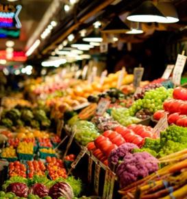 Vue d'un stand de légumes dans un marché.